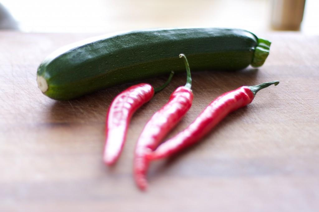 Kommt oben drauf: Zucchini & Chilli
