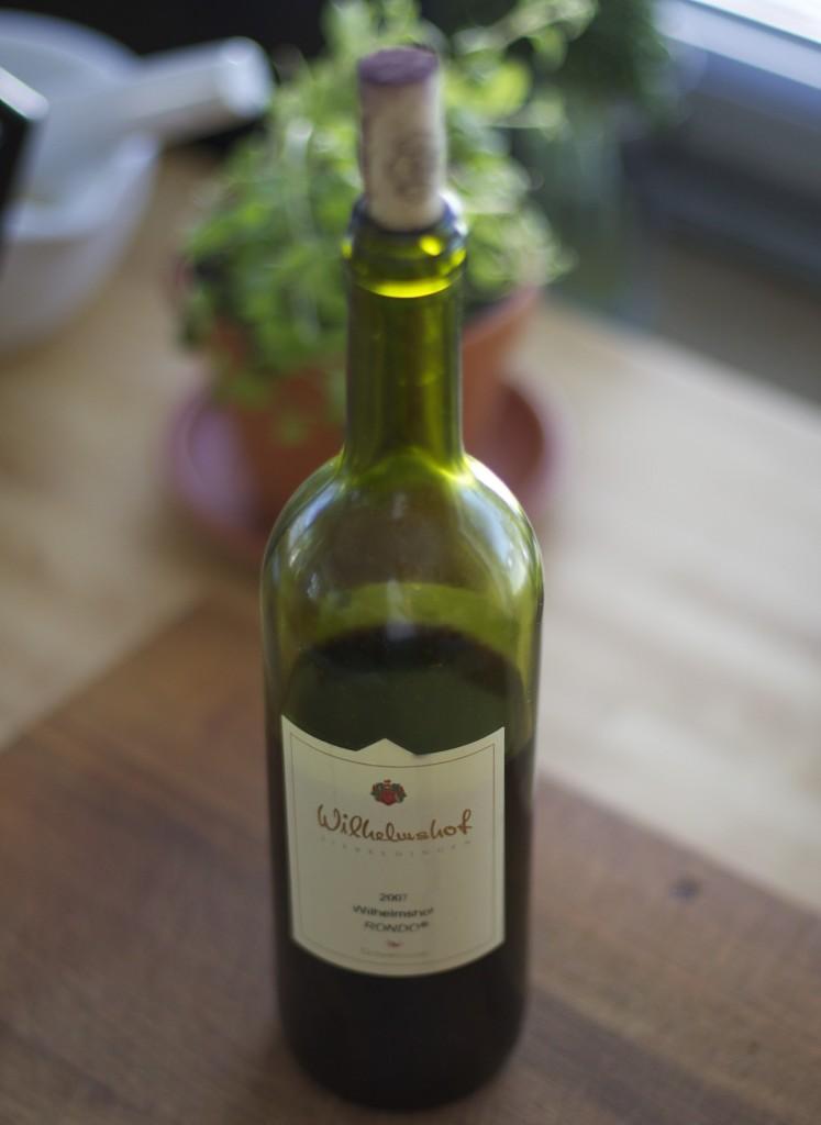 Eine Flasche Rotwein - kommt ins Essen und in das Glas!