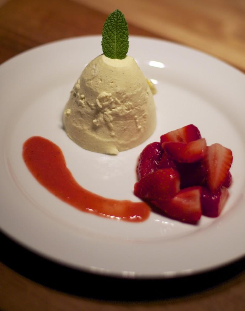 Bayerische Creme mit marinierten Erdbeeren