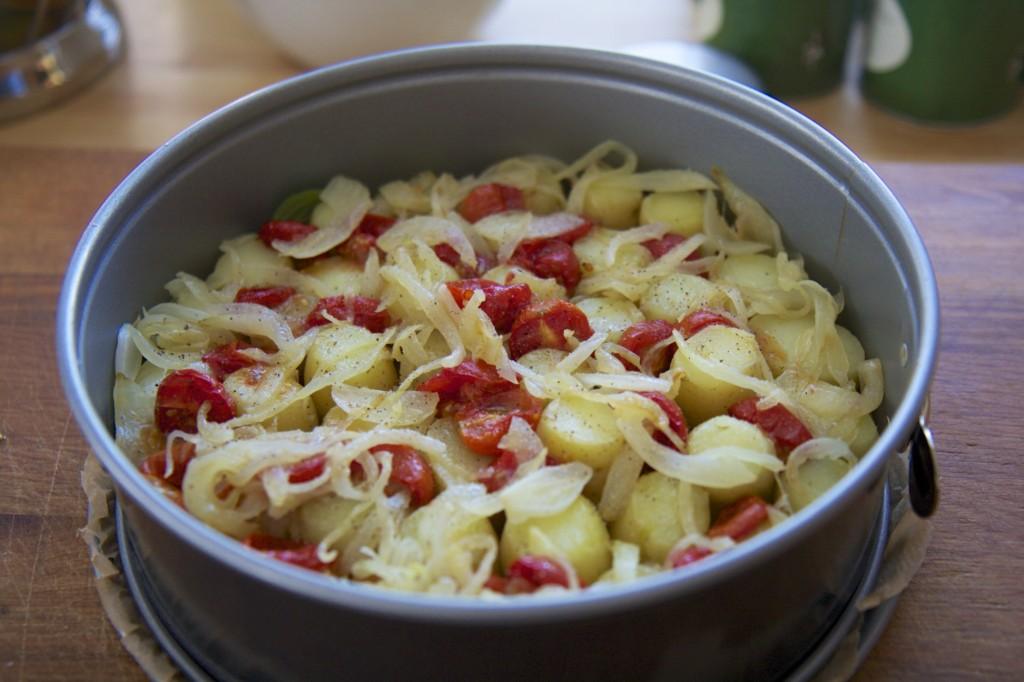 Mit Zwiebeln und Tomaten