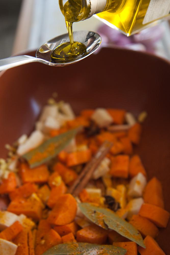 Das Gemüse wird mit den Gewürzen und dem Olivenöl vermischt