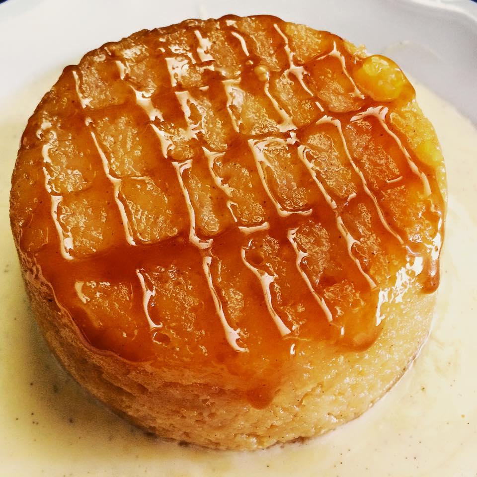 Das fertigte Dessert, angerichtet auf Crème Anglaise, dekoriert mit Butterkaramell.