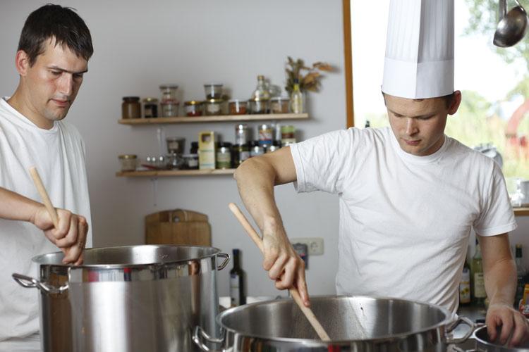 Die zwei Gründer beim Kochen