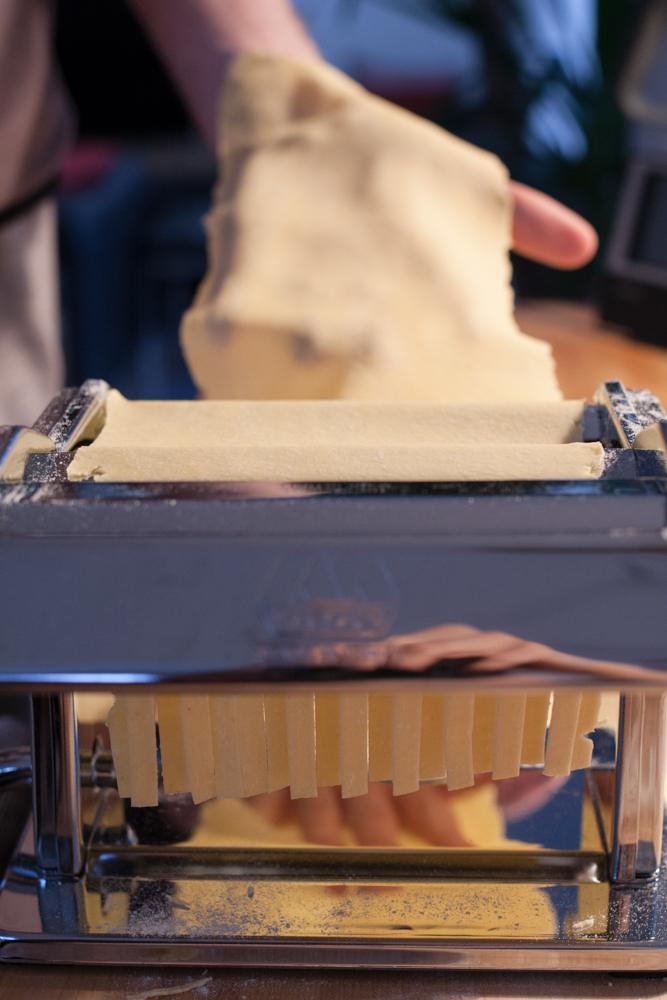 Der dünne Teig wird zu Tagliatelle geschnitten